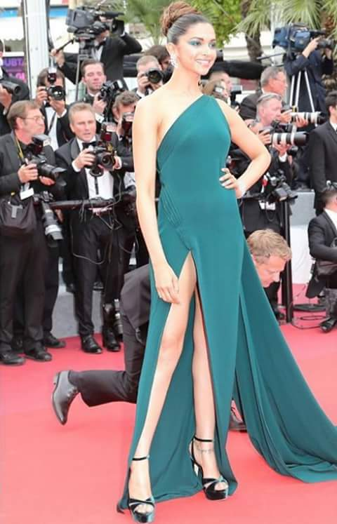 Throwback @deepikapadukone fired #Cannes2017 with her wonderful look <br>http://pic.twitter.com/70HNYeHiqx