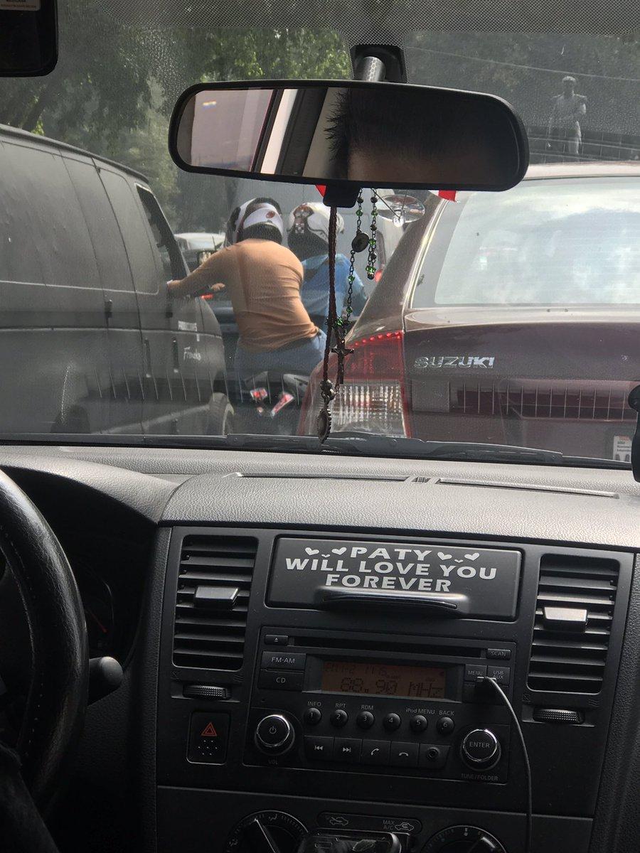 Voy en el taxi rumbo a otro derrumbe y me toca ver un asalto frente a mi! Atención en Miguel Ángel de Quevedo! https://t.co/edjDyz6a8p
