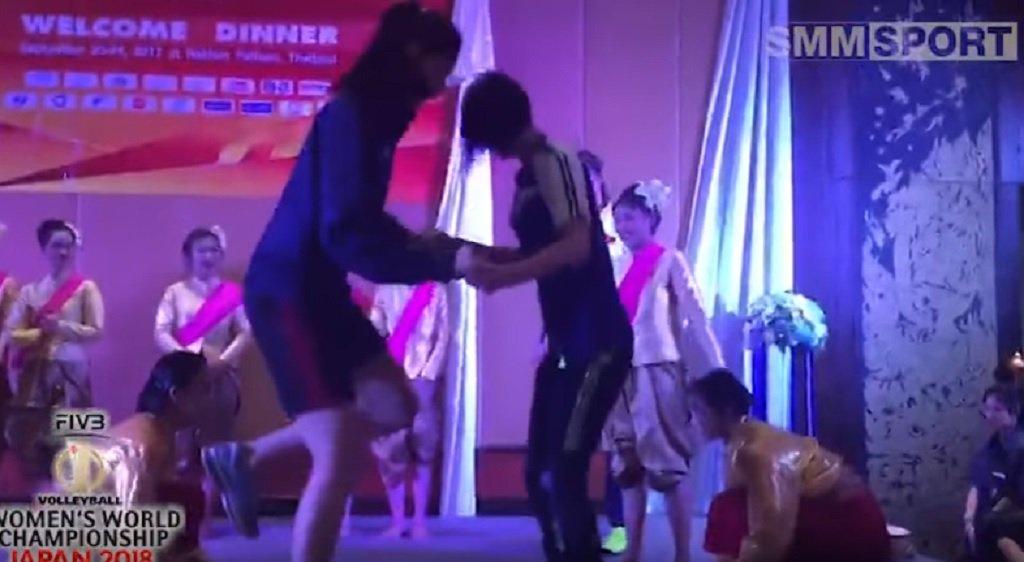 Sportsmanship rises above the politics – bamboo dance by South Korean and North Korean players (VIDEO)  https:// goo.gl/QFLqz5  &nbsp;   #volleyball <br>http://pic.twitter.com/L79RhqVqB7
