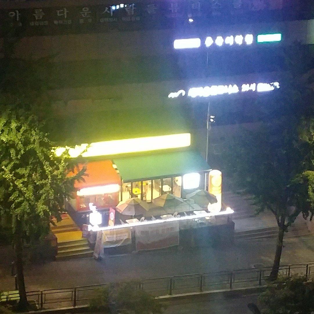 사람은 정말 잔인하다. 2층에 24시 헬스장이 있는 건물 1층에 24시 피자집을 차렸다. 누구의 의지가 더 강해서 살아남을지...