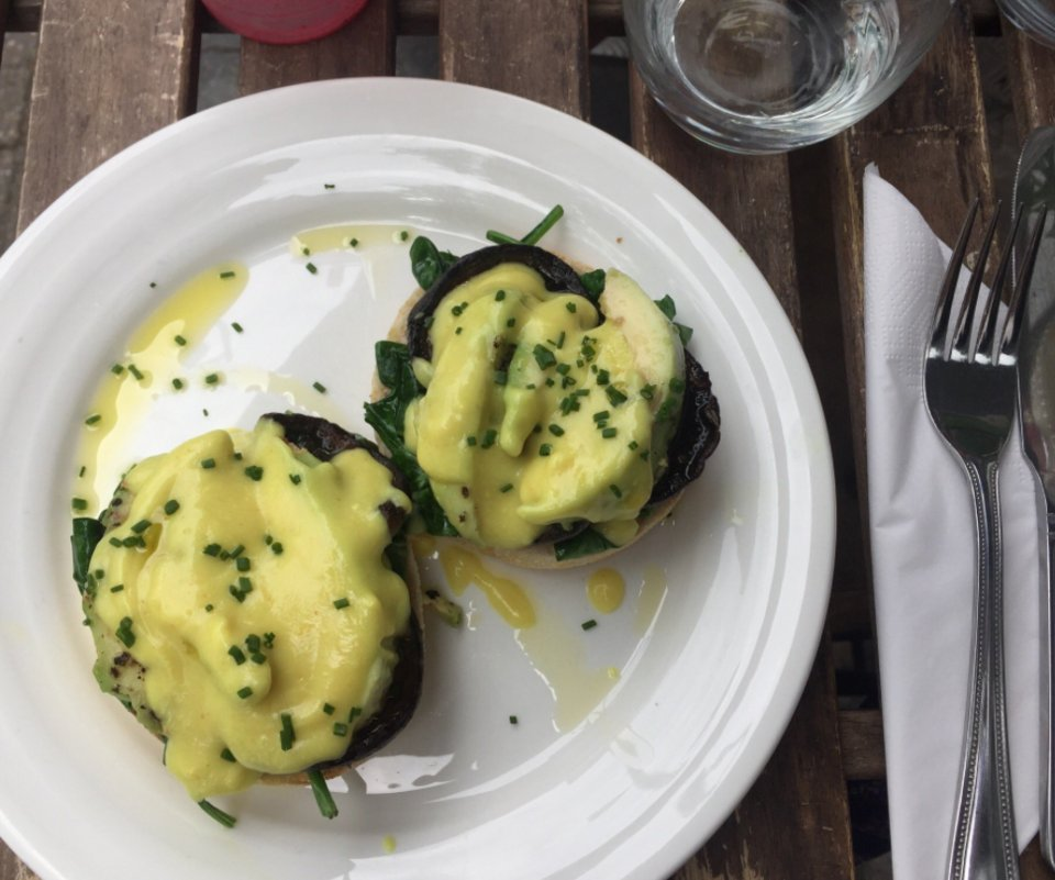 RT @RetreatKitchen: Our #Vegan Hollandaise ~ with mushrooms, avocado and an English muffin https://t.co/8g6HgX57UR