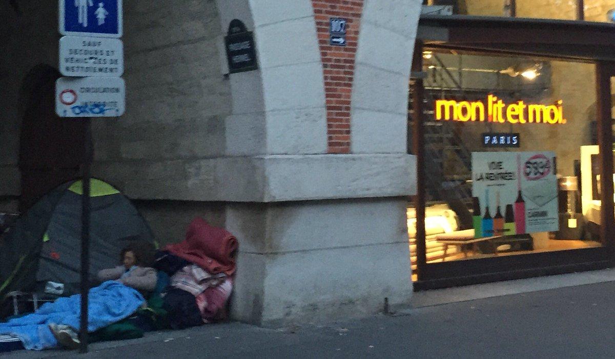 A Paris, la SDF qui dort dehors par terre à côté de la jolie boutique 'mon lit et moi'.