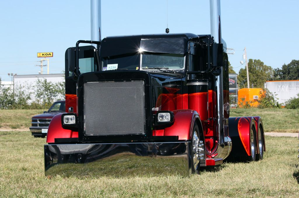 I would give my left leg to own this #truck.  This thing is dragging bumper! @peterbiltmotors #peterbilt #trucks #trucking #bigrig #chrome<br>http://pic.twitter.com/WQucEVMyx3