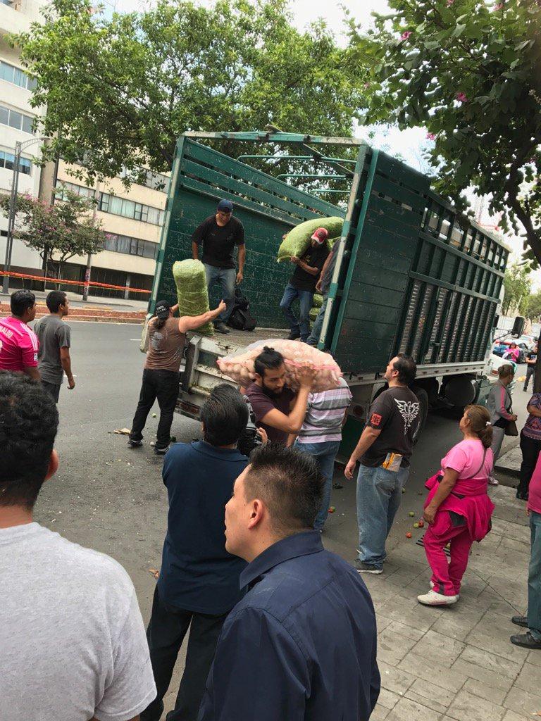 夕方、CMLLがアレナメヒコで、地震による救援物資を配っているという情報を入手したので、呼ばれてはいなかったのですが行って来ました。  微力ですが、手伝わせて頂きました。