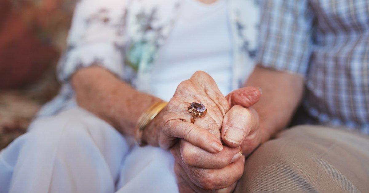 Après 75 ans de mariage, un vétéran et son épouse de guerre meurent à quelques heures d'intervalle https://t.co/hz1en5mrwM
