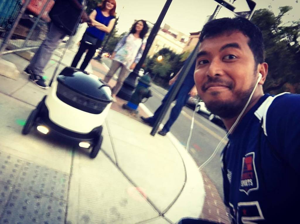 Jogging after work into a @starshiprobots hard at work delivering #dinner to human clients.  #AI #robots #dclife #tech #food #machine #dc<br>http://pic.twitter.com/IrP1YDm1Fk