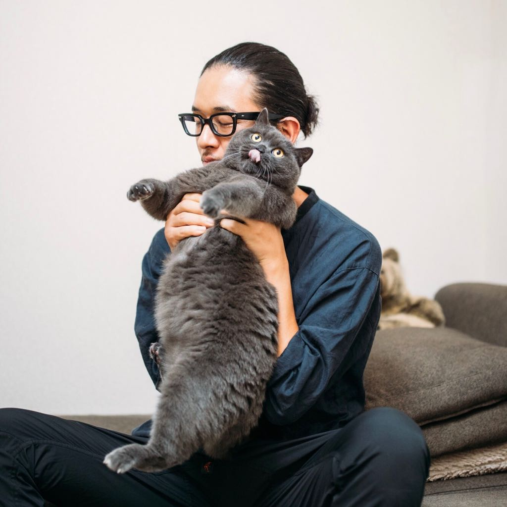 猫雑誌の撮影のために抱っこ嫌いな家の猫を抱っこしてみるも、やっぱり全力で嫌がられる https://t.co/I0RymDEOVv