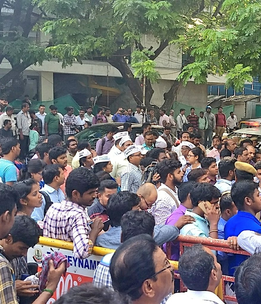Several #AAP supporters have also arrived to show their support. #kejriwalinchennai  #KamalHaasan  @ACJIndia<br>http://pic.twitter.com/w6KqWGwo9E