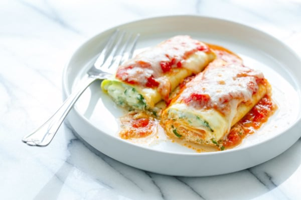 Shhh you&#39;re kids will never guess this #spinach lasagna is made from #zucchini. Thanks @LoveandOliveOil!  http:// bit.ly/2wpM4XI  &nbsp;  <br>http://pic.twitter.com/c7L40maI3U