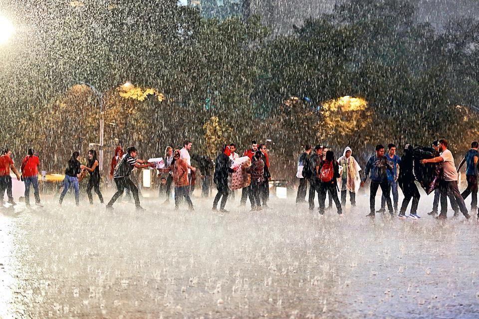 Esta imagen, donde mexicanos ayudan aún debajo de la lluvia se ha vuelto viral en redes sociales.  Foto: Alejandro Velázquez