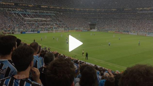 Sirvam nossas façanhas... Em noite tensa, torcida do Grêmio embala sonho do tri da América; confira o vídeo => https://t.co/ZSismQQANr