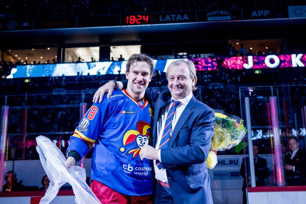 Puheenjohtaja @hjallisharkimo palkitsi 200 #Jokerit-ottelun @SamiLepisto'n ennen matsia👏 #KHLfi https://t.co/mkGPvrmxb7