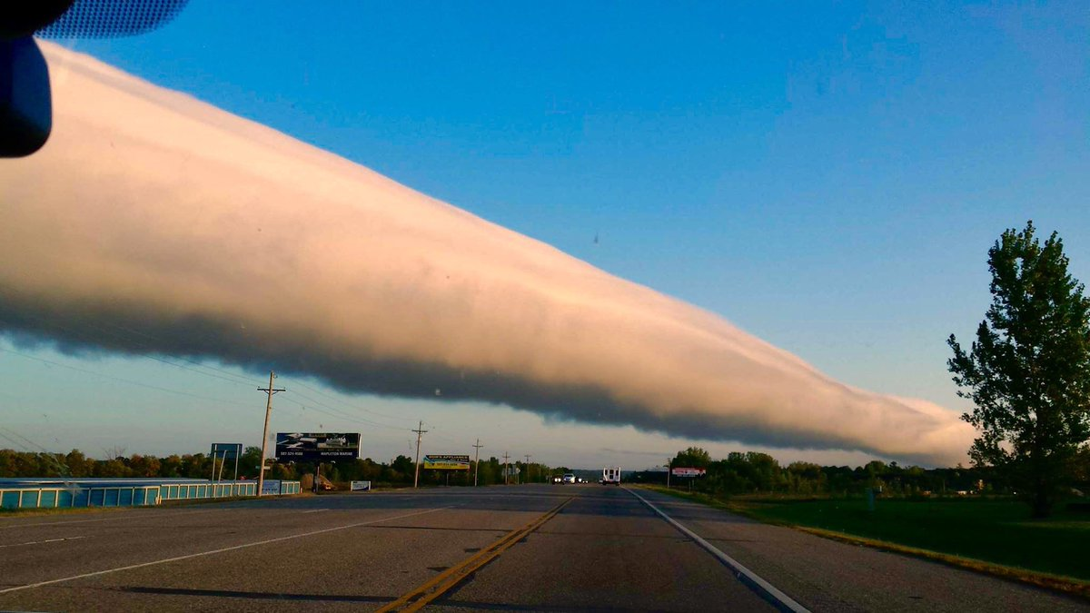 """This. Is. CRAZY!  #USA  #SevereWX  So called """"Roll Cloud"""" seen yesterday near Kasota, MN.   - Kathy Steiner<br>http://pic.twitter.com/i6SoEYMqo0"""