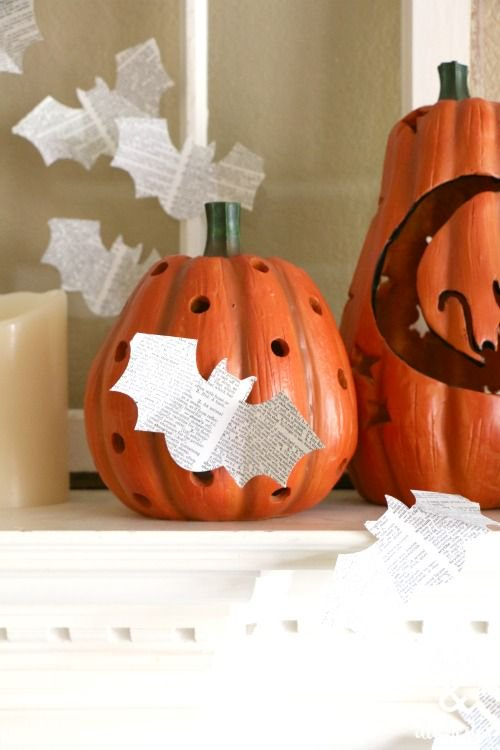 Add #repurposed book page bats to your #Halloween mantel!  https:// buff.ly/2xfRbKr  &nbsp;  <br>http://pic.twitter.com/t3JbQi9Pkv