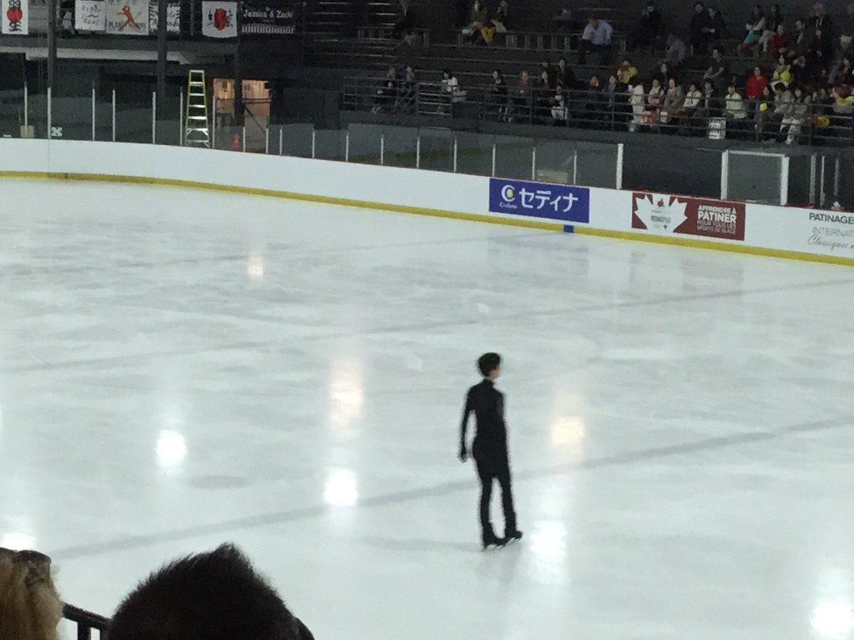 フィギュアスケートのオータム・クラシック、男子の練習中です。日本の羽生結弦選手、村上大介選手もいます