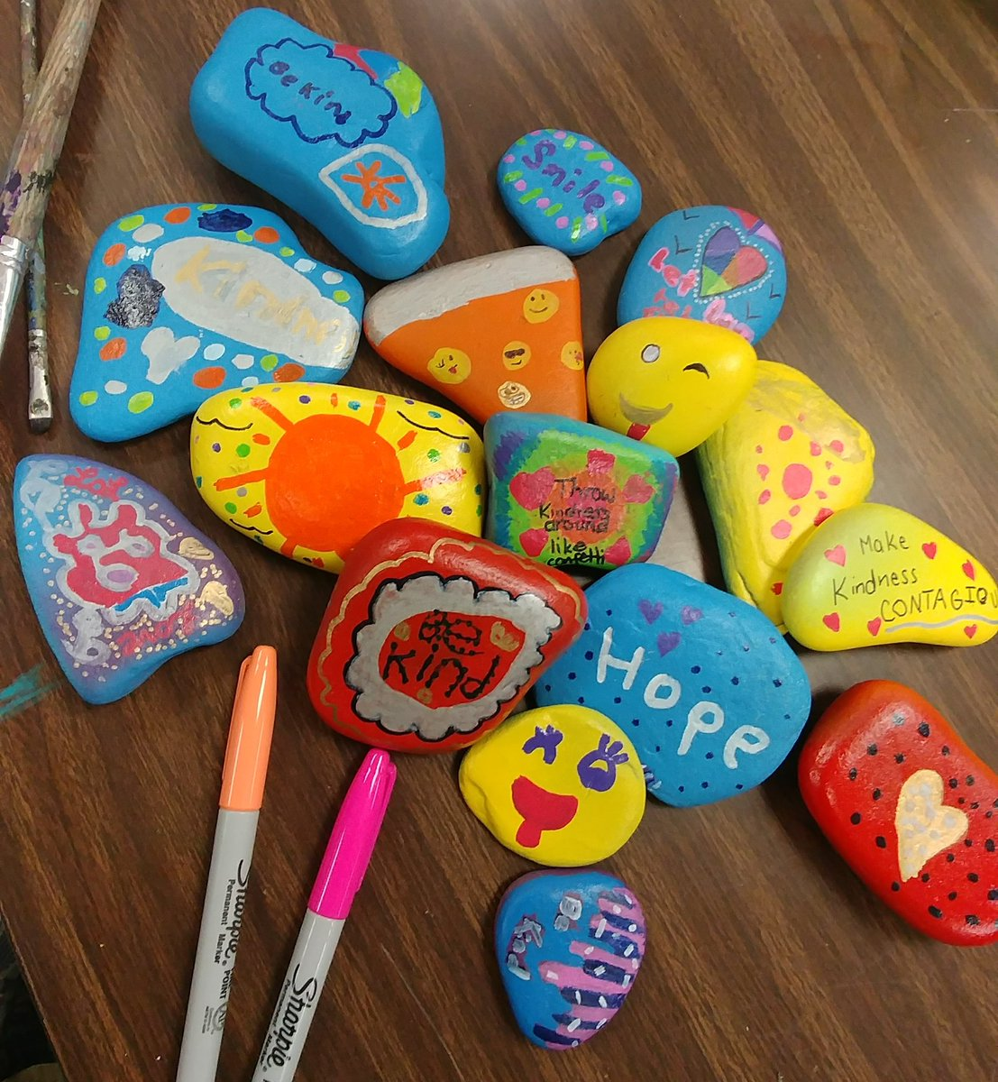 5th Grade Northwood ROCKS lookin&#39; good, and a li&#39;l 1st grade free-drawin&#39; fun. #pizzarocks #sharks <br>http://pic.twitter.com/z9WHv1I04Y