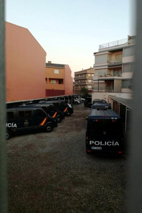 Desplegament de la policia espanyola a Figueres a les portes de l'1-O https://t.co/iKMhjbjpwB https://t.co/BnRIDjwOTS