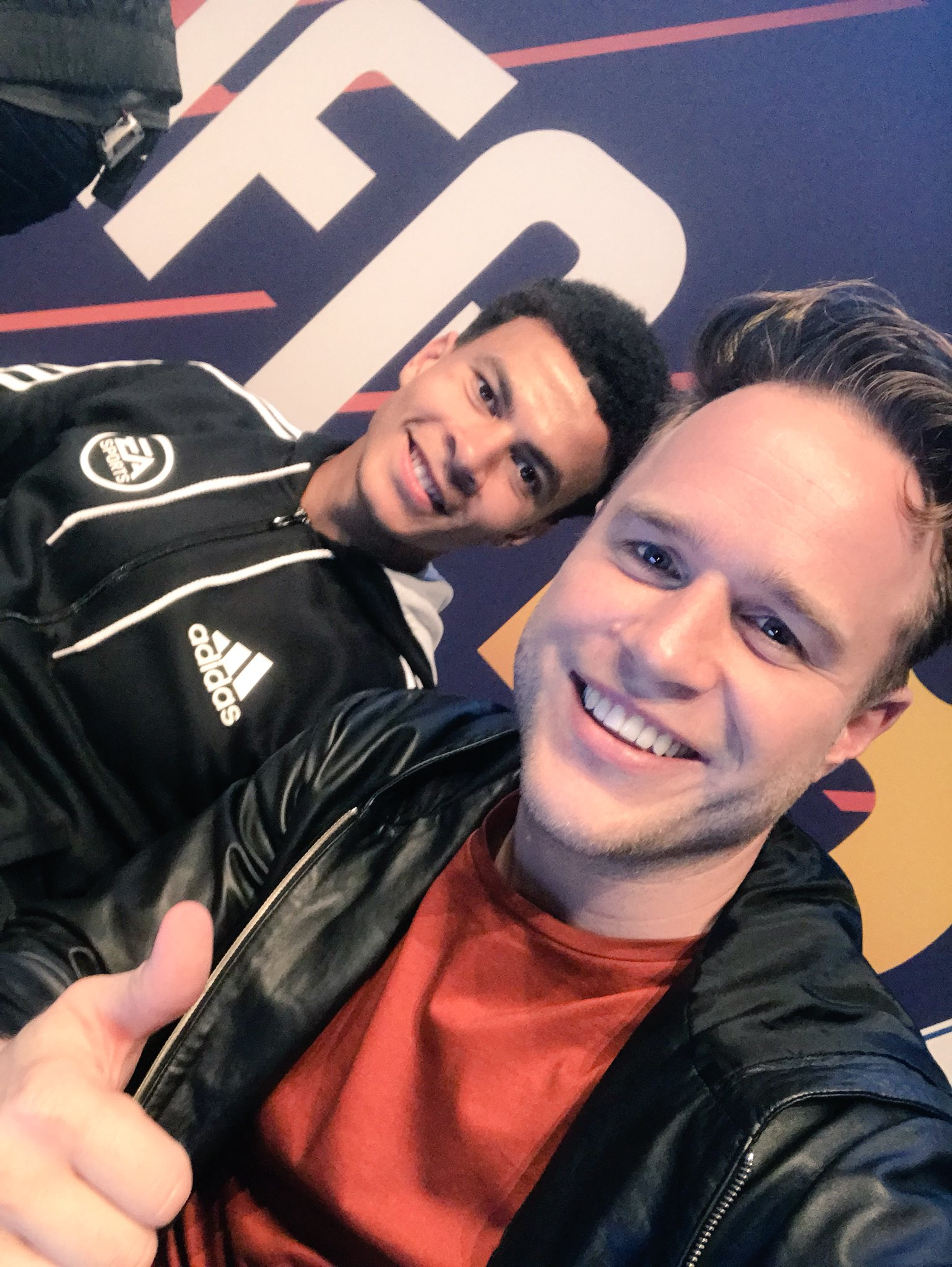 What a game!! Buzzing I played it with this man #FIFA18UKLAUNCH 🖕🏻😝 https://t.co/9EwVqyXt1x