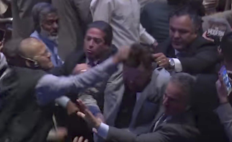 (VIDEO) NAZVALI GA TERORISTOM: Protestovali protiv Erdogana u New Yorku, pa pretučeni i izbačeni