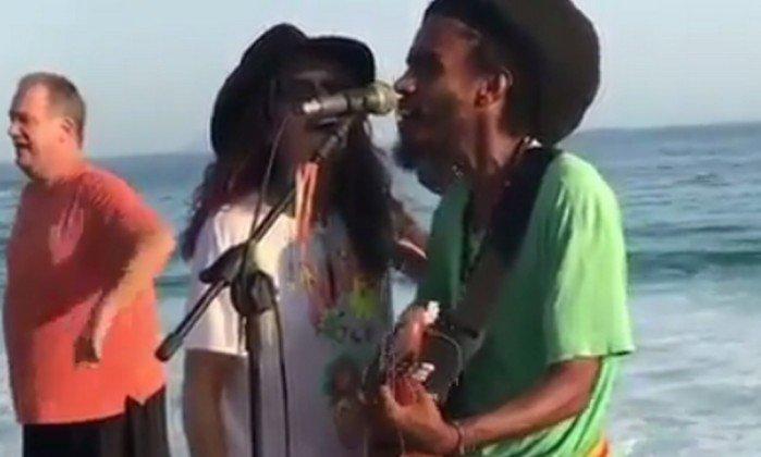 Steven Tyler, vocalista do Aerosmith, canta 'Imagine' com artista de rua no Arpoador. Veja vídeo: https://t.co/3g15ZmNIAA