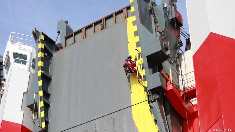 Greenpeace activists seize ship full of VW diesel cars https://t.co/7VML0DFwNu