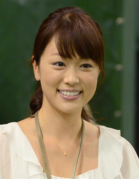 本田朋子白いトップス着てニッコリ笑う画像
