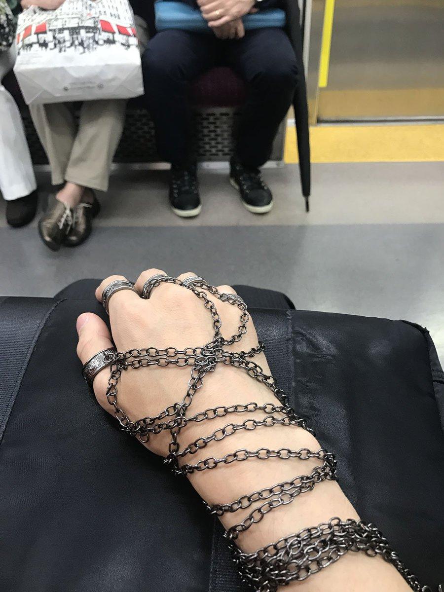 どう見ても厨二病www HUNTER×HUNTERクラピカの鎖を付けて電車に乗った猛者が現るwww