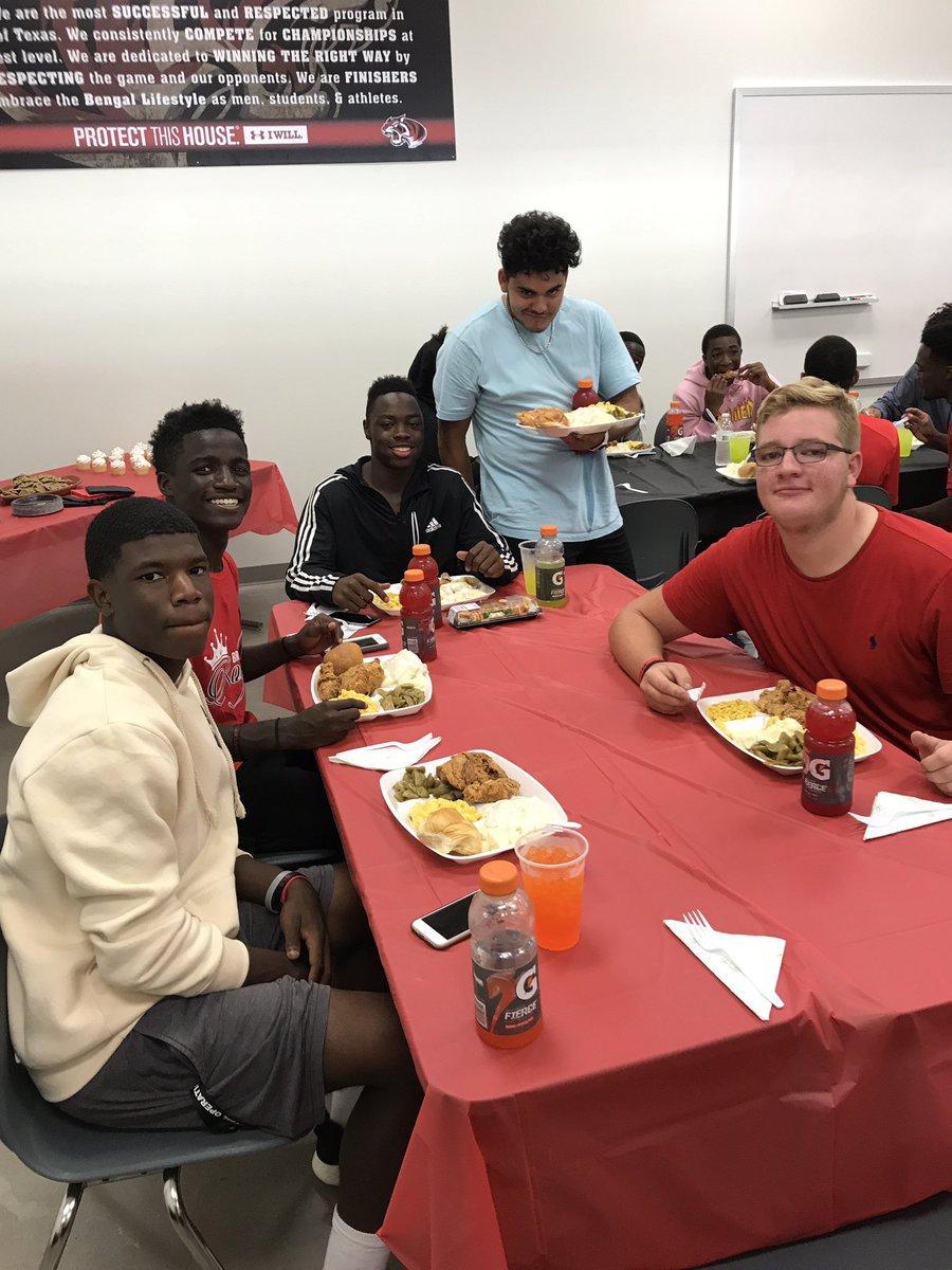 #Braswell #Varsity team dinner! #Fellowship #Bengals #BLS<br>http://pic.twitter.com/rcSKcXz7WF