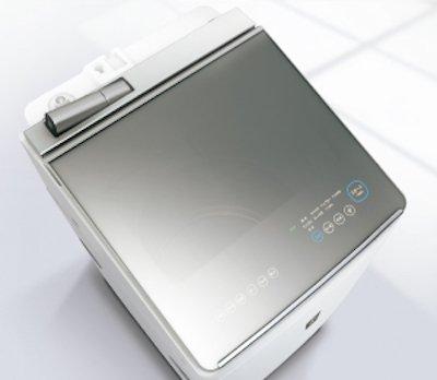タテ型もどちゃくそかっこいいです。ハーフミラーなフタもクールでかっこいい、操作キーが光って浮かび上がるのも魔術的にかっこいいし、洗濯の様子が覗けるから回る洗濯機見たい界隈には最高にどちゃくそ。 https://t.co/ri8f7aoij3