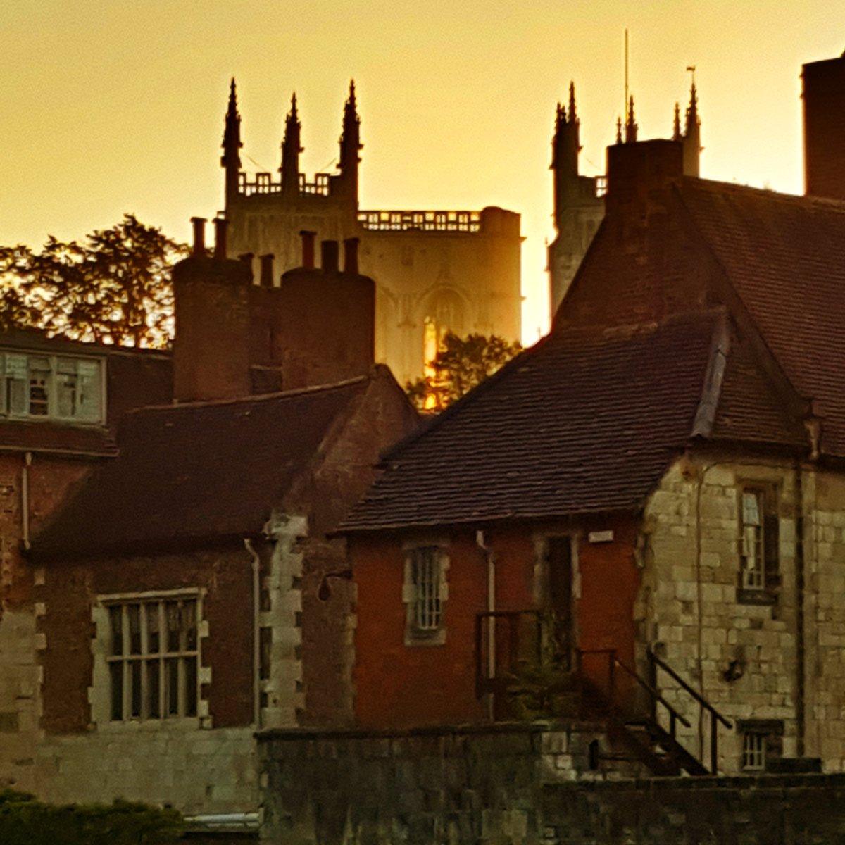 Sun highlighting the windows of York Minster&#39;s central tower.  #Sunrise #Daybreak #YorkMinster #York #NorthYorkshire #VisitYork #BandBLife<br>http://pic.twitter.com/HDPOvrYdcF