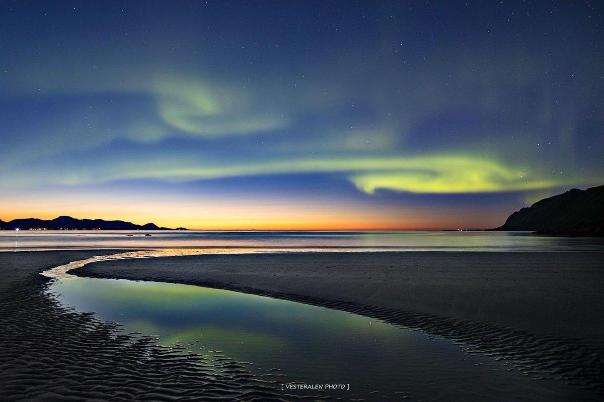 #Equinoxe d'#automne Le Soleil se couche en #Arctique et les #Auroraborealis sont de retour! Voir aussi➡️https://t.co/xNcMFX2Jqn © F. Olsen