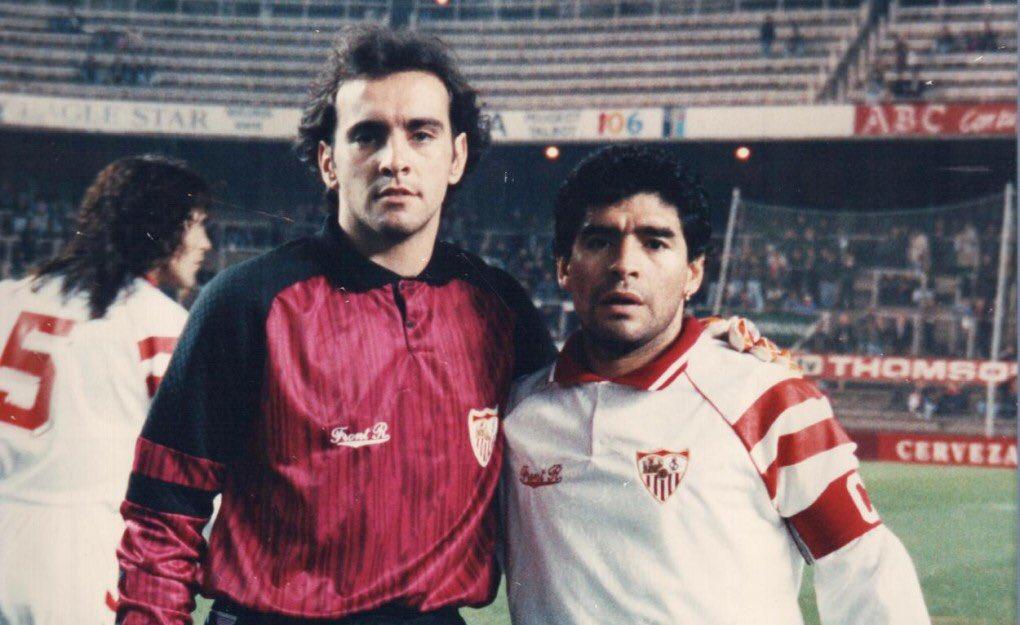 22/09/1992: Diego Maradona, pictured alongside future sporting director Monchi, joins #Sevilla. (pic via @iammoallim)<br>http://pic.twitter.com/dgyATxF1PQ