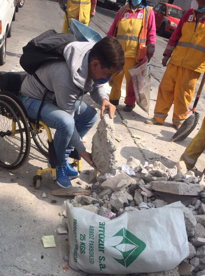 Joven en silla de ruedas originario de Morelia viajó a la #CDMX a remover escombros 👍👏👏 Vía @disenoincluyent: https://t.co/924o8ZdSkm
