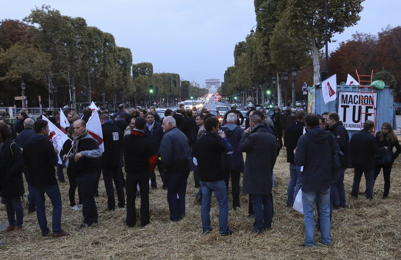 Des agriculteurs bloquent les #ChampsÉlysées pour défendre le #glyphosate https://t.co/KVLlDp21SS