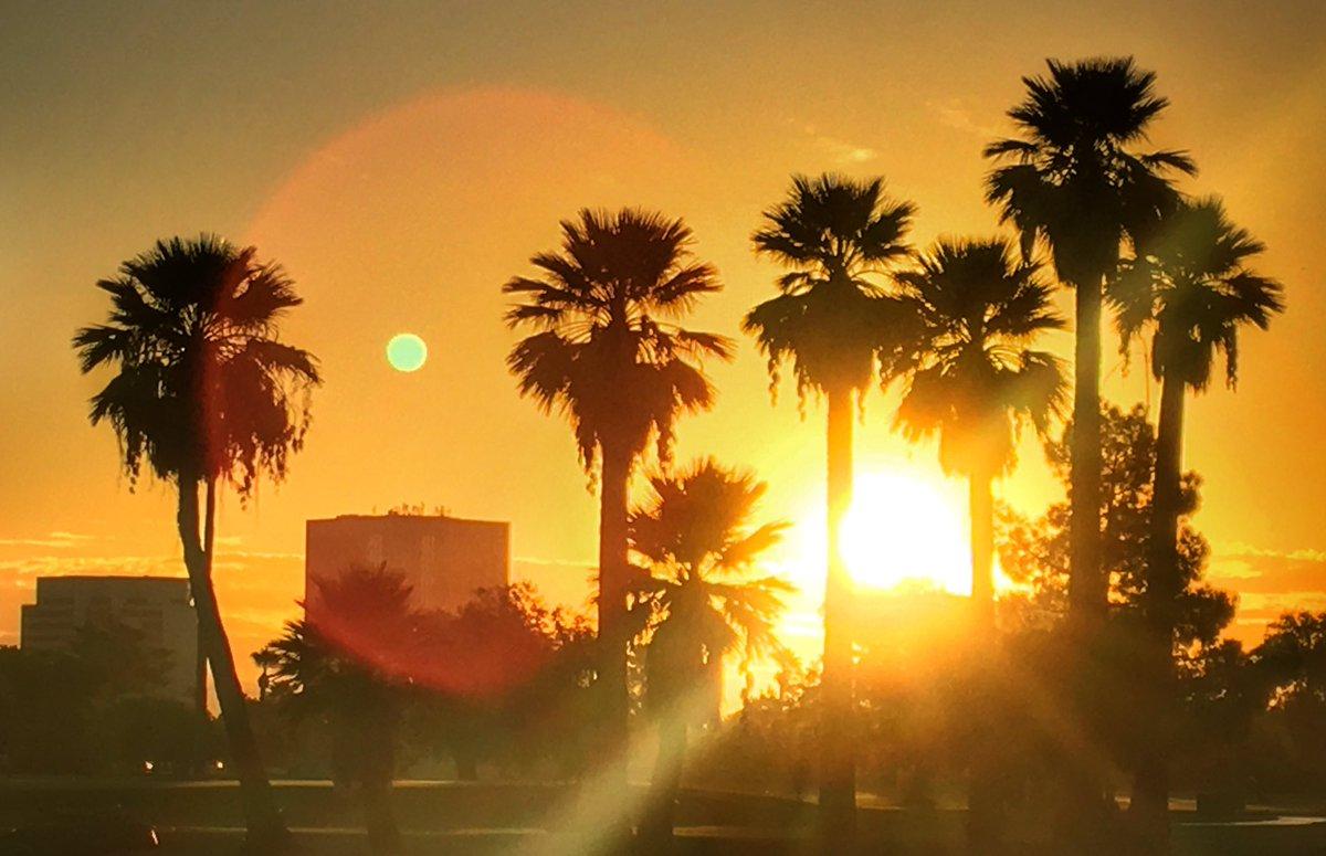 .#FridayFeeling #sunrise over #Phoenix, #Arizona. #FirstDayofFall #colors. <br>http://pic.twitter.com/xI24ZNlvb0