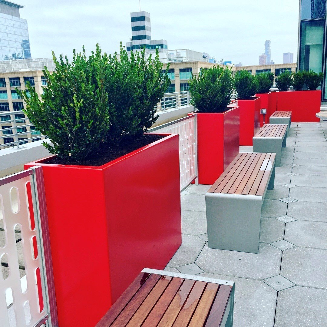 """#HappyFriday! Popping in with this red """"Alarm"""" of #WilshireCollection #planters ( http:// bit.ly/2f1ROLg  &nbsp;  ) on a rooftop w/@kellymacplants.<br>http://pic.twitter.com/fXyrARSCke"""