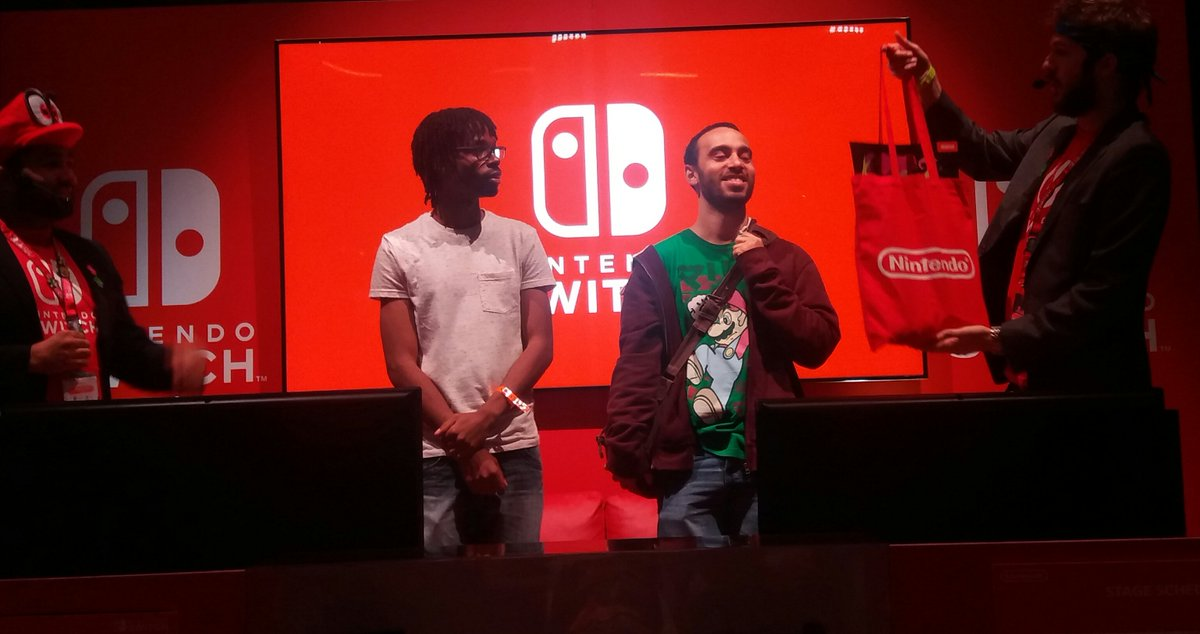 We played an exhibition match after the tourney, and I got to show a big crowd what #ARMS *can* look like! People were amazed! #EGX2017<br>http://pic.twitter.com/6Wa5D9AHeY