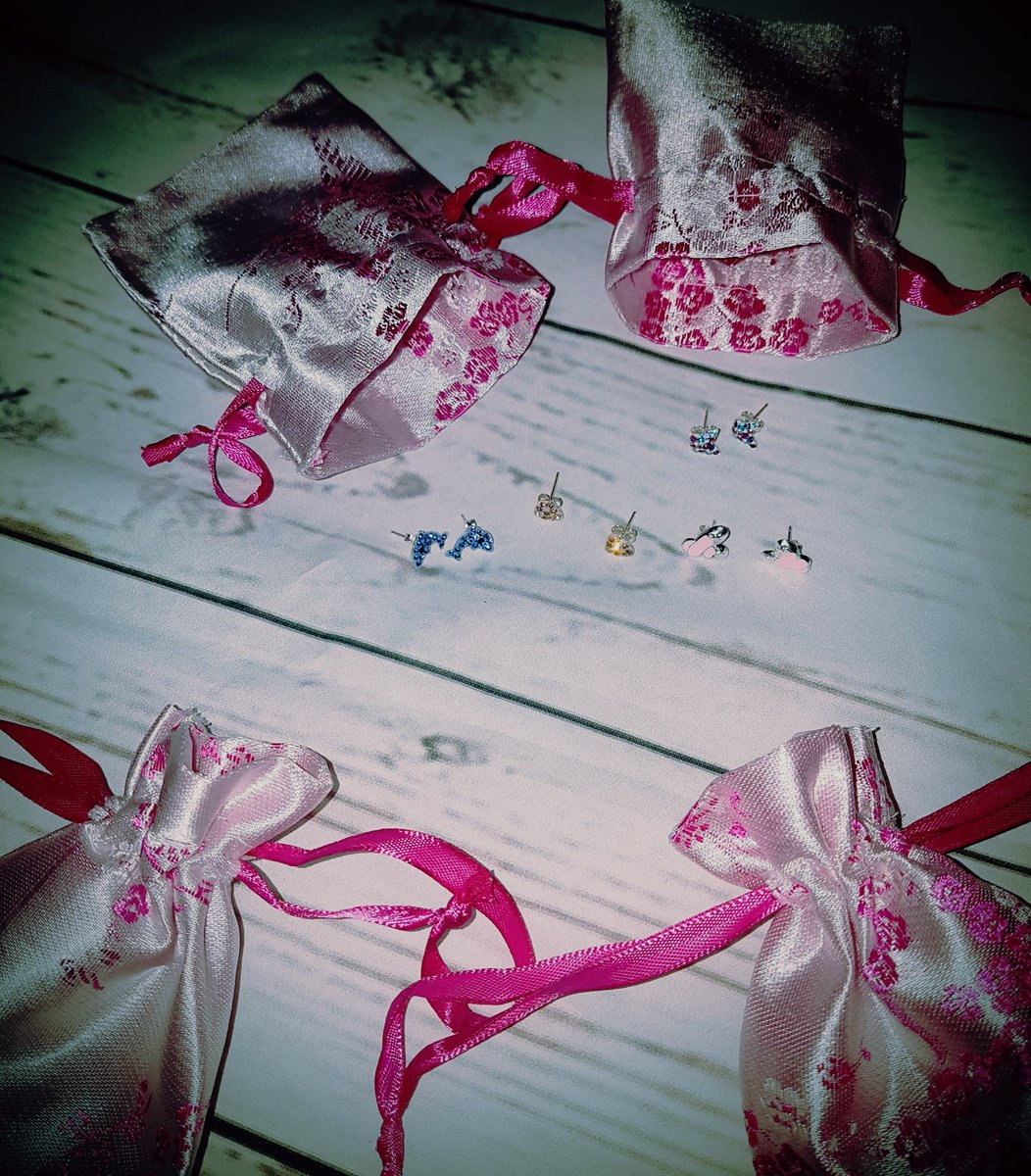 How do you approach buying gifts for &#39;other&#39; people&#39;s children? #giftgiving #giftideas #birthdays<br>http://pic.twitter.com/BKHKGoYCBK