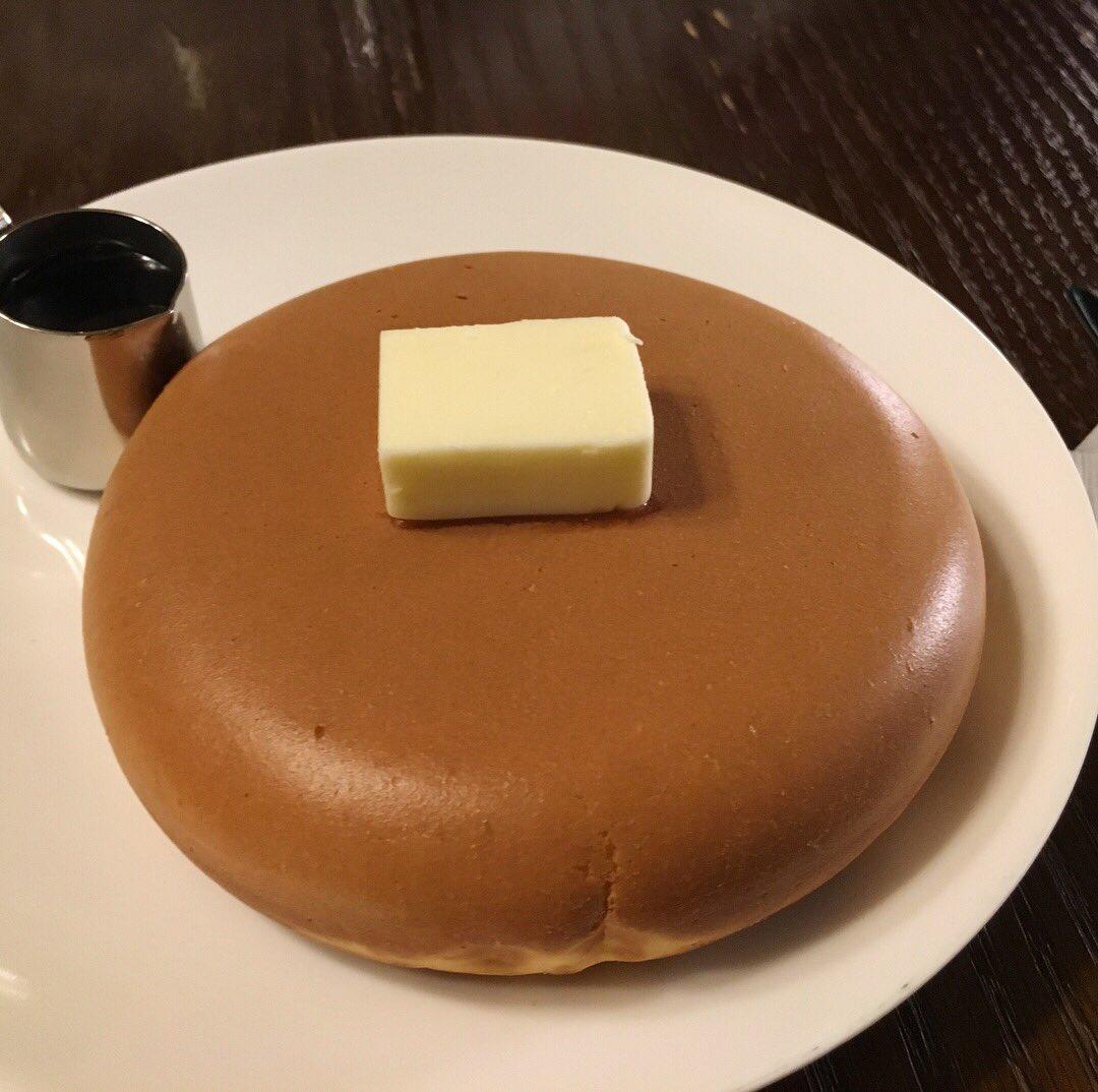 和歌山県田辺市で夜だけ営業している「喫茶ビートル」。夜だけしか食べられない、つやつやのホットケーキ。中はほくほく。美しい。 pic.twitter.com/cGD00EfXlZ