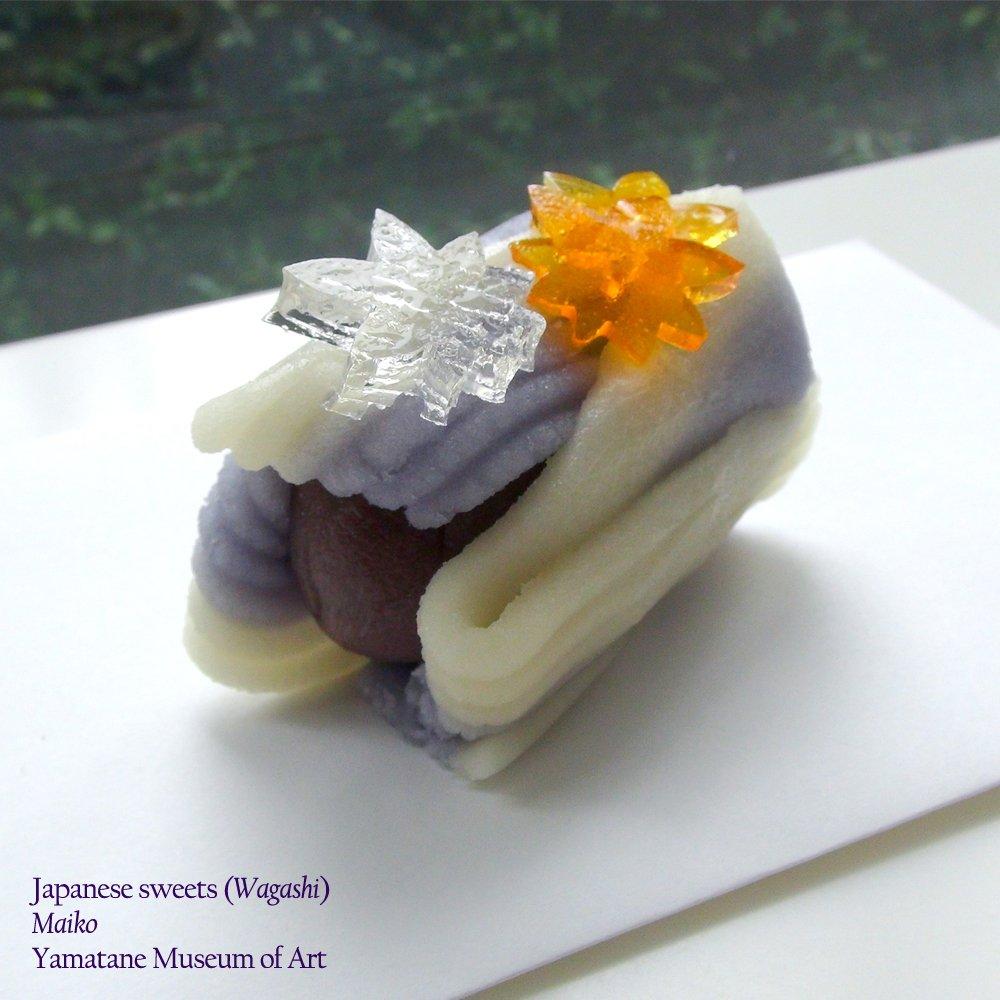 橋本明治《秋意》(山種美術館)をモティーフにした和菓子「舞妓」。舞妓が着る色鮮やかな着物を、流線形の練切りと錦玉羹の紅葉で表現した美しいお菓子です。中には原料にこだわった、菊家特製のこしあんが隠れています。(山崎)