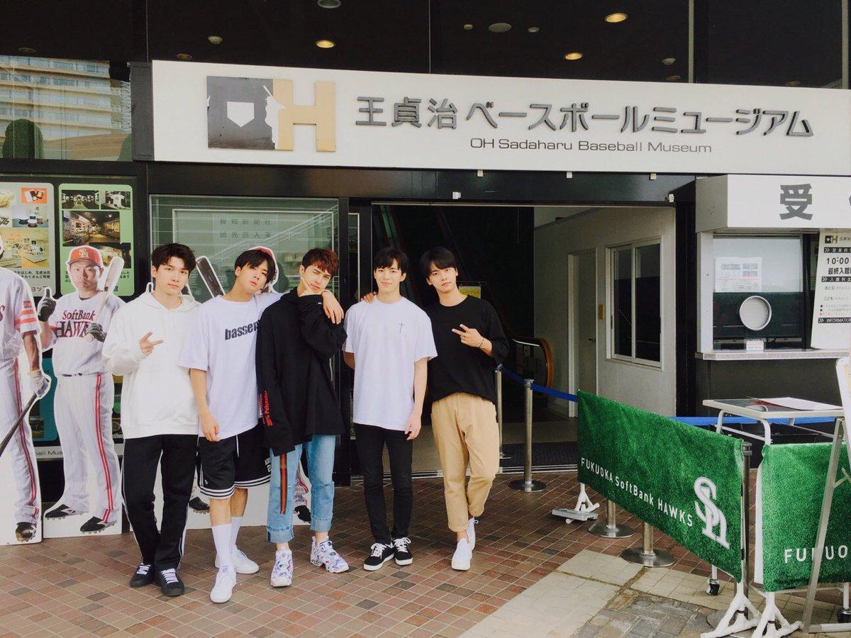 ヤフオクドームに韓国のアイドル『VIXX』が登場!試合前に9/27発売の『ラララ〜愛をありがとう〜』を披露してくれます。OBMミュージアムを楽しんでいます。 #sbhawks