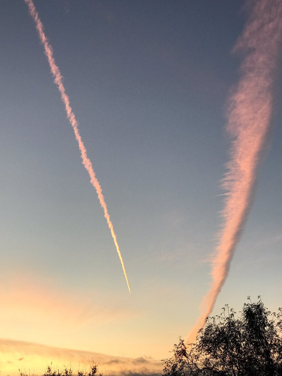 Sun kissed vapour trails to welcome Saturday hope you are all feeling in the &#39;pink&#39; #peaceful@CatherineEsse @HARTResearch @RachycCharter<br>http://pic.twitter.com/iKYCV9qytr