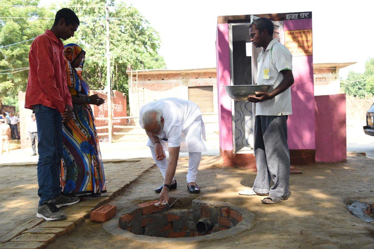 कुछ इस तरह माननीय प्रधानमंत्री श्री @narendramodi जी ने आज वाराणसी के पास शहंशाहपुर में शौचालय निर्माण की शुरूआत की। #SwachhataHiSeva