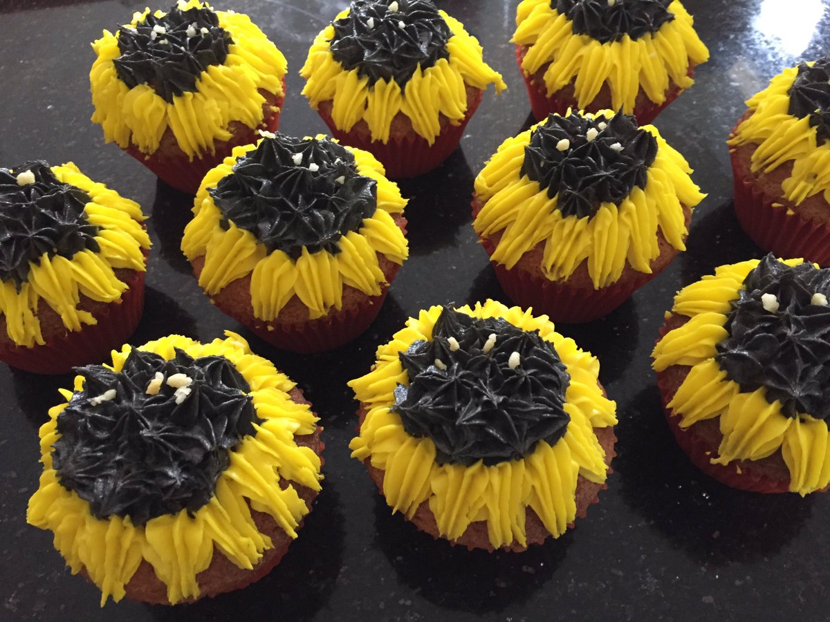 Didn&#39;t quite get the Fibonacci spiral right on these, but still kids won&#39;t care. #Sunflower #cupcakes for #allotment #BBQ.   #allotmentlife<br>http://pic.twitter.com/WUoIdXbgf1