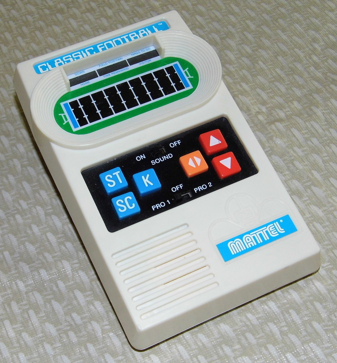 Who plays this kind of football? #RETROGAMING #Mattel #Football <br>http://pic.twitter.com/nkVyMs98PA