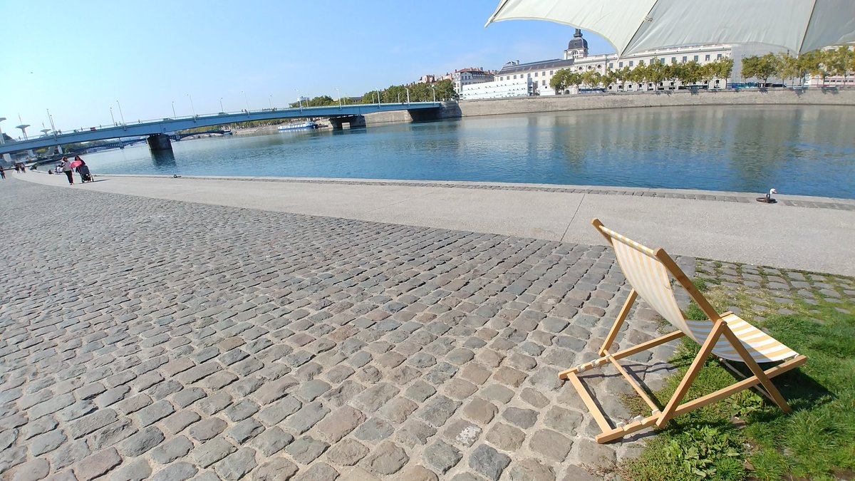 Let&#39;s take a seat and enjoy the view! #Lyon is such a beauty! #travel in #France @OnlyLyon<br>http://pic.twitter.com/H2cUA1Fzps