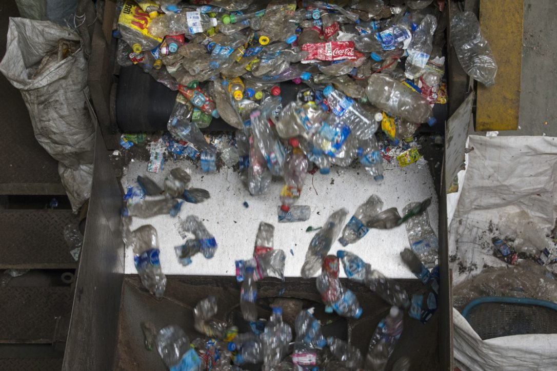 #DYK Ontarians use ~3B single use plastic bottles every year, but only 1/2 are recycled?  http:// ow.ly/wHk530fkNg8  &nbsp;   @envirodefence<br>http://pic.twitter.com/fgS2BwUcLF