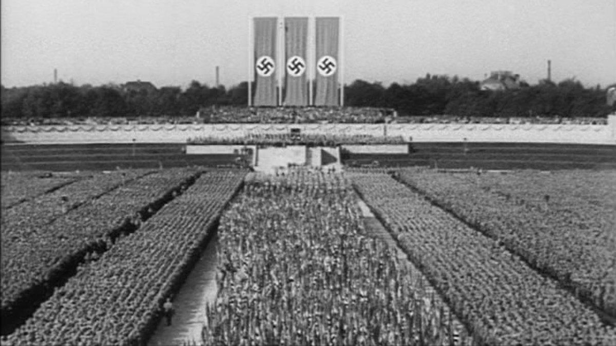 RT @PierreC: Photo saisissante de la rue nous débarrassant des nazis. #melenchon #nazi #JaiBastille https://t.co/SSlqhdBRTZ