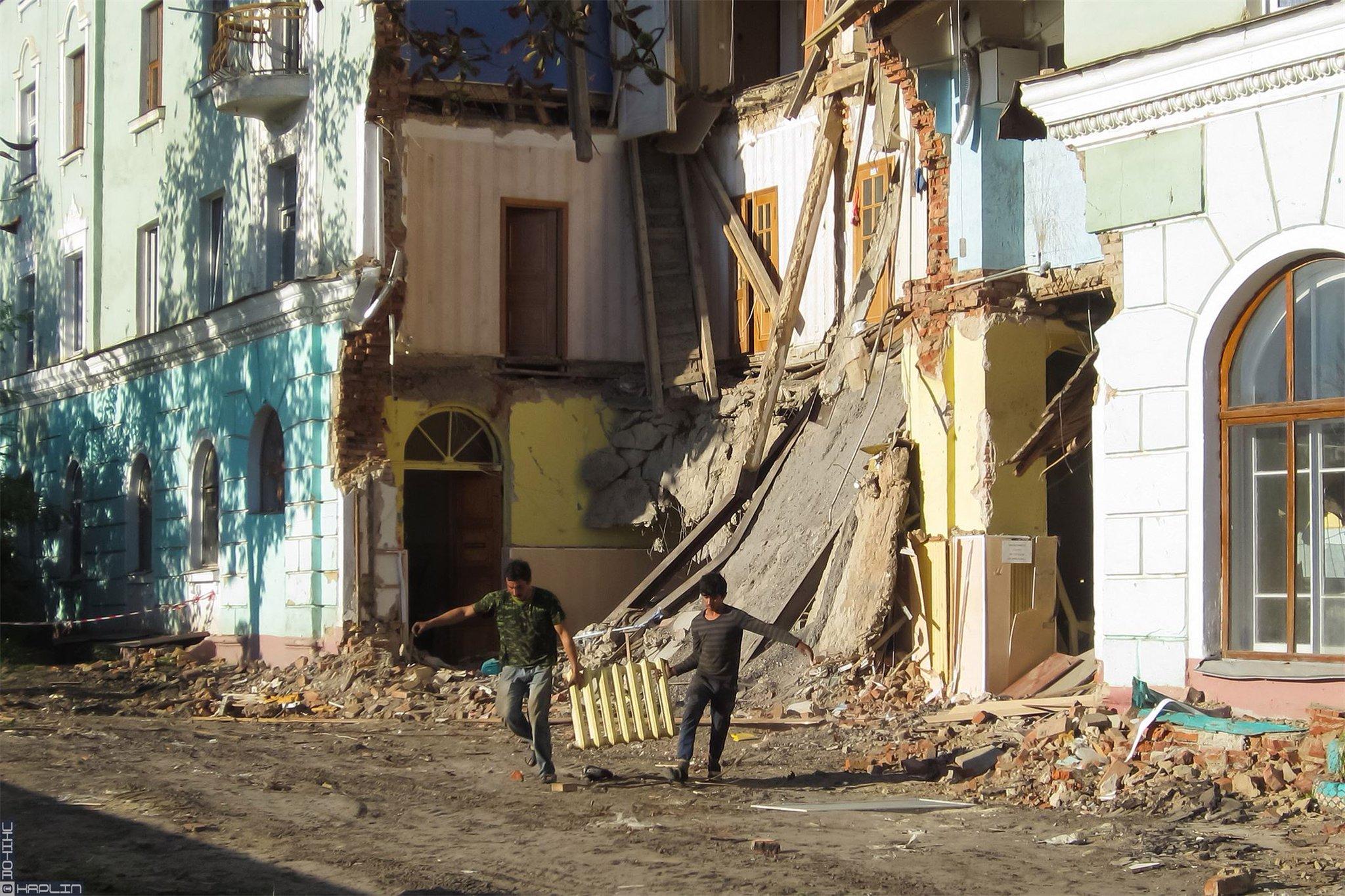 штурма квартиры г орел фото обвалившегося дома около универмага окраске