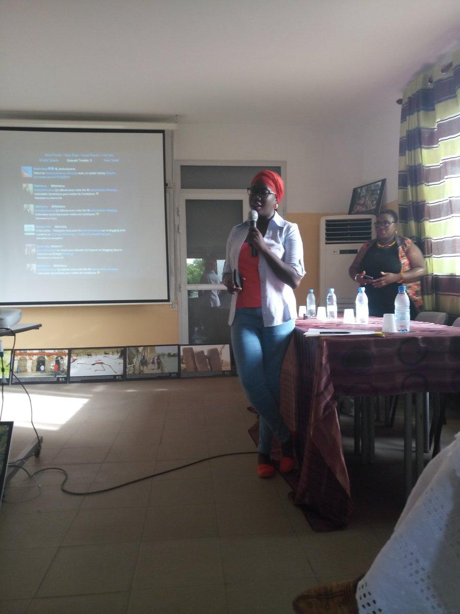 Le speed geeking d&#39;ouverture du #NdadjeTweetup : tradition respectee.  #Teranga #kebetu <br>http://pic.twitter.com/ujWaT1OJUi